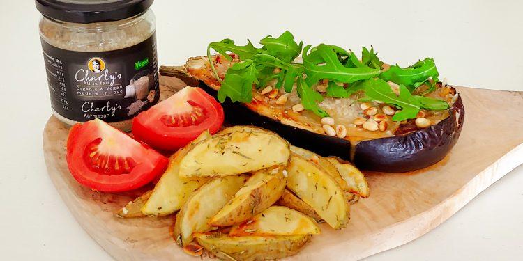 Aubergines uit de oven met tomaat, ui, vegan kaas en aardappeltjes