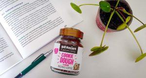Potje Beanies ligt op tabel met een studieboek een pen en een plantje