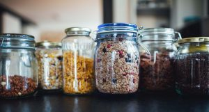 glazen weckpotten met etenswaren