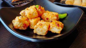 stukjes gefrituurde tofu